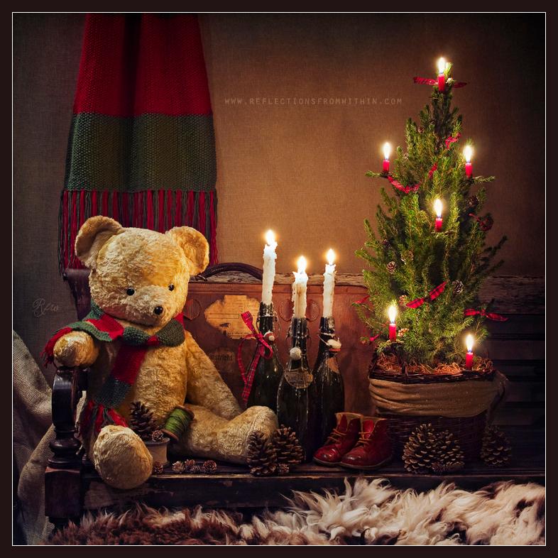 The Christmas Spirit... - Je kunt mijn nieuwste werk ook via facebook volgen!  www.facebook.com/reflectionsfromwithin - foto door ReflectionsFromWithin op 16-11-2014 - deze foto bevat: oud, licht, kerst, avond, antiek, kaarsjes, stilleven, kunst, art, vintage, beer, sfeer, kaarslicht, feest, christmas, feestdagen, gevoel, warmte, december, kerstdagen, stills, seizoen, brocante, sjaal, authentiek, holidays, still life, fine art