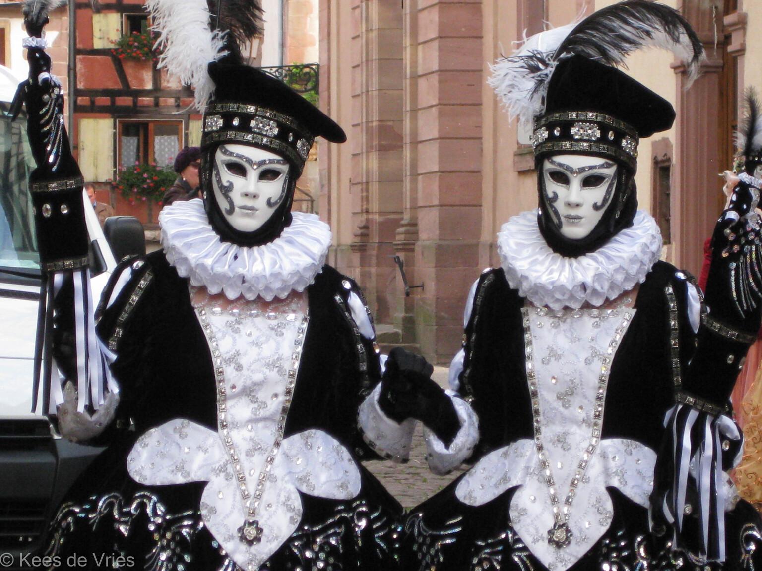 Elzas 2012 - Venetiaanse Parade in Riquewihr in de Elzas - foto door KdV59 op 05-05-2021 - locatie: 68340 Riquewihr, Frankrijk - deze foto bevat: wit, zwart, heeft, handschoen, hoofddeksel, bontkleding, evenement, pret, venster, masker