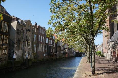 oude huizen langs een van de grachten van Dordrecht