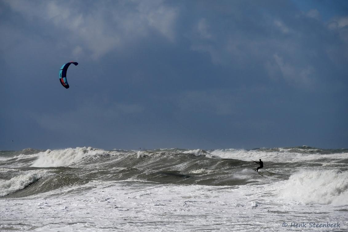 kitesurfer in de branding - Het was gisterenmiddag onstuimig weer op Texel. Windstoten tot 100 km/uur. Hagel, sneeuw. Ik kon mij op het strand bijna niet staande houden, stukje  - foto door HenkSt op 06-04-2021 - deze foto bevat: texel, kitesurfer, kite, surfer, branding, golven