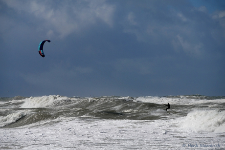 kitesurfer in de branding