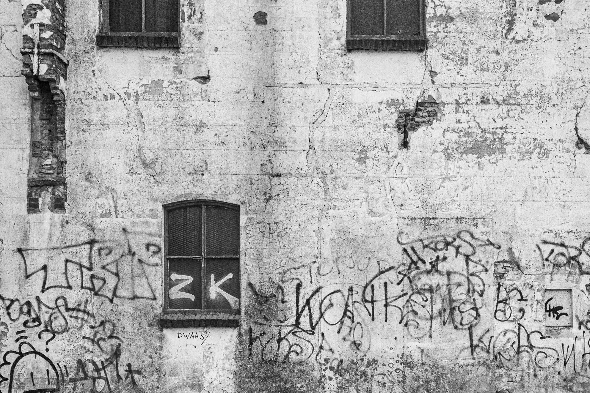 Back in Black - verval - foto door carbone op 07-04-2021 - locatie: Dordrecht, Nederland - deze foto bevat: gebouw, venster, fabriek, steen, zwart en wit, handschrift, architectuur, lettertype, stijl, metselwerk