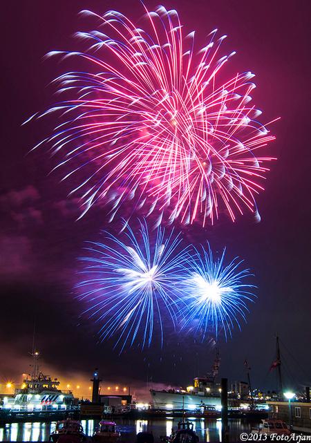 Vuurwerk - Vuurwerkshow tijdens pinksterfeesten Delfzijl. Mijn eerste vuurwerk fotosessie. Wel goed geslaagd, d8 ik. - foto door ArjanB79 op 21-05-2013 - deze foto bevat: vuurwerk, delfzijl