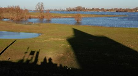 Samen - Samen op een bankje in de schaduw van de Stompe toren van Varik. - foto door huubwest op 26-02-2021 - deze foto bevat: water, lente, natuur, boot, landschap, bos, bomen, rivier
