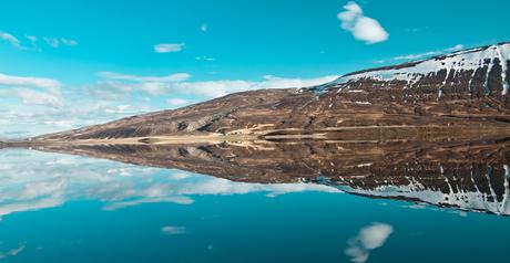 berg en weerspiegeling op een meer