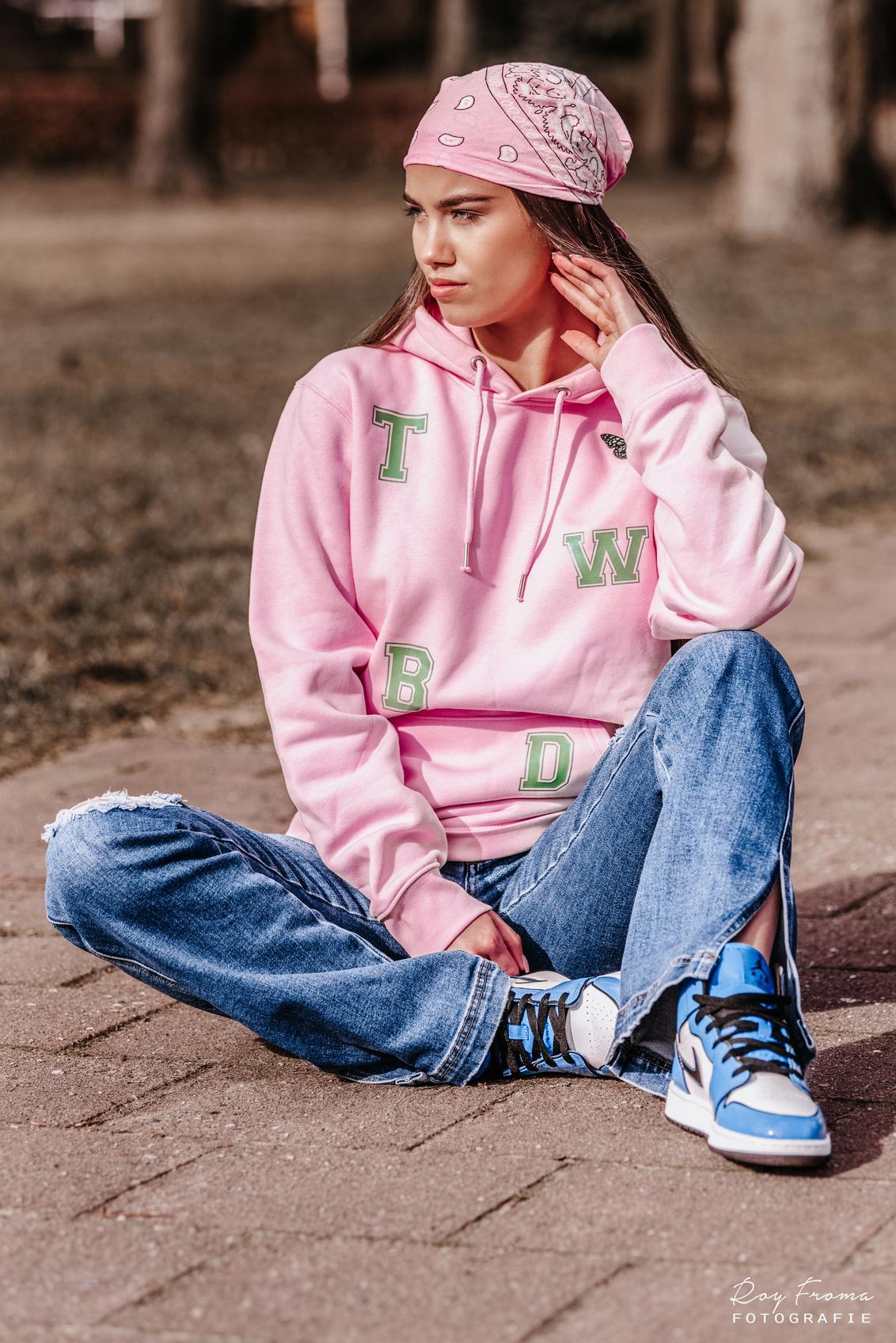 Street style - Model: Jennifer Descendre - foto door royfroma op 25-02-2021 - deze foto bevat: vrouw, kleur, licht, portret, model, daglicht, stoer, haar, fashion, lippen, beauty, schoenen, sfeer, pose, kapsel, belichting, expressie, jeans, mode, fotoshoot, kleding, locatie, bokeh, fashionfotografie