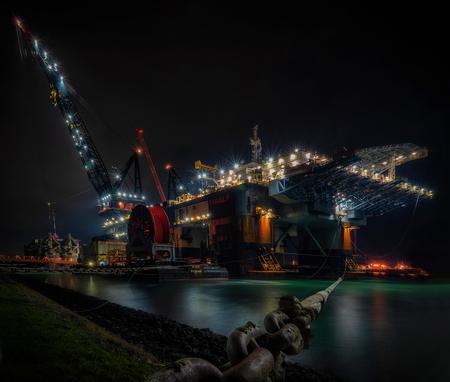 Hoop roest in het donker ... - ff uitwaaien in lockdown .... - foto door mvbalkom op 18-12-2020 - deze foto bevat: haven, nacht, schip, nachtfotografie, reflecties, kase filters, nachtfilter