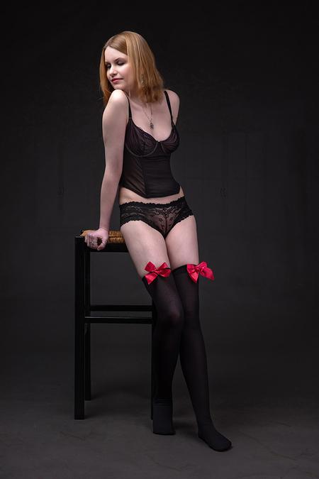 rode strikjes - model Annika - foto door jhslotboom op 01-04-2019 - deze foto bevat: vrouw, rood, rode, portret, model, vintage, meisje, beauty, lingerie, schoonheid, blond, belichting, expressie, mode, kousen, romantisch, kruk, strikjes, fashionfotografie