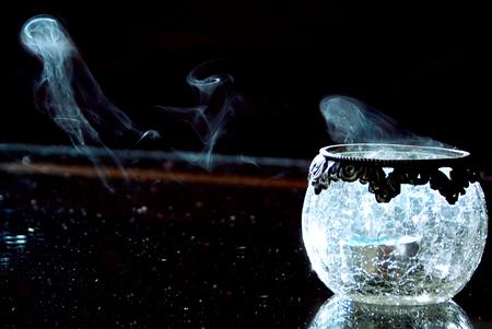Rook - Beetje geexperimenteerd met licht-donker. Jammer dat de tafel wat stoffig is... - foto door Lailaat op 11-11-2007 - deze foto bevat: rook, biemie, nerds