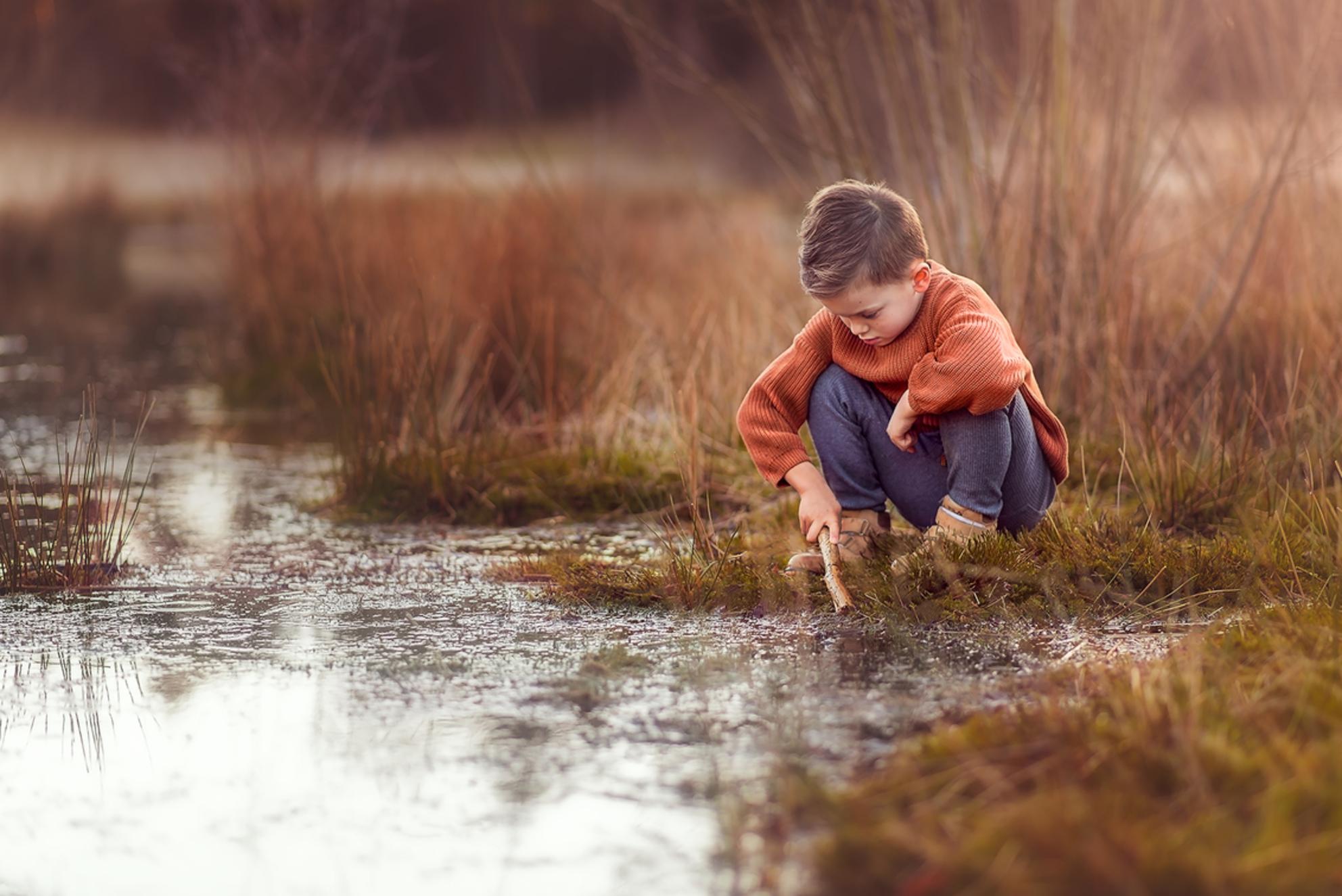 Jonah - Een beeld van m'n zoontje van 5 tijdens een onbewaakt moment. Zoals je ze het liefste ziet, wegdromend in de natuur! - foto door MajelPieterse op 26-02-2021 - deze foto bevat: mensen, donker, licht, zonsondergang, portret, liefde, tegenlicht, daglicht, kind, kinderen, jongen, lief, emotie, photoshop, warm, fotoshoot, 85mm, goudenuurtje - Deze foto mag gebruikt worden in een Zoom.nl publicatie