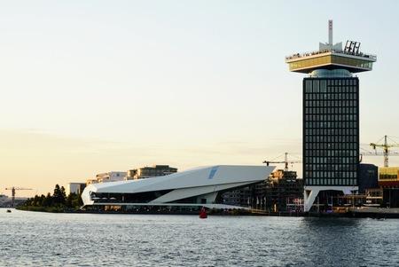 Filmmuseum en Amsterdamtoren - Panorama achter het Centraal Station - foto door Frenk2021 op 11-04-2021 - locatie: Amsterdam, Nederland - deze foto bevat: water, lucht, gebouw, naval architectuur, toren, wolkenkrabber, meer, torenblok, stad, condominium