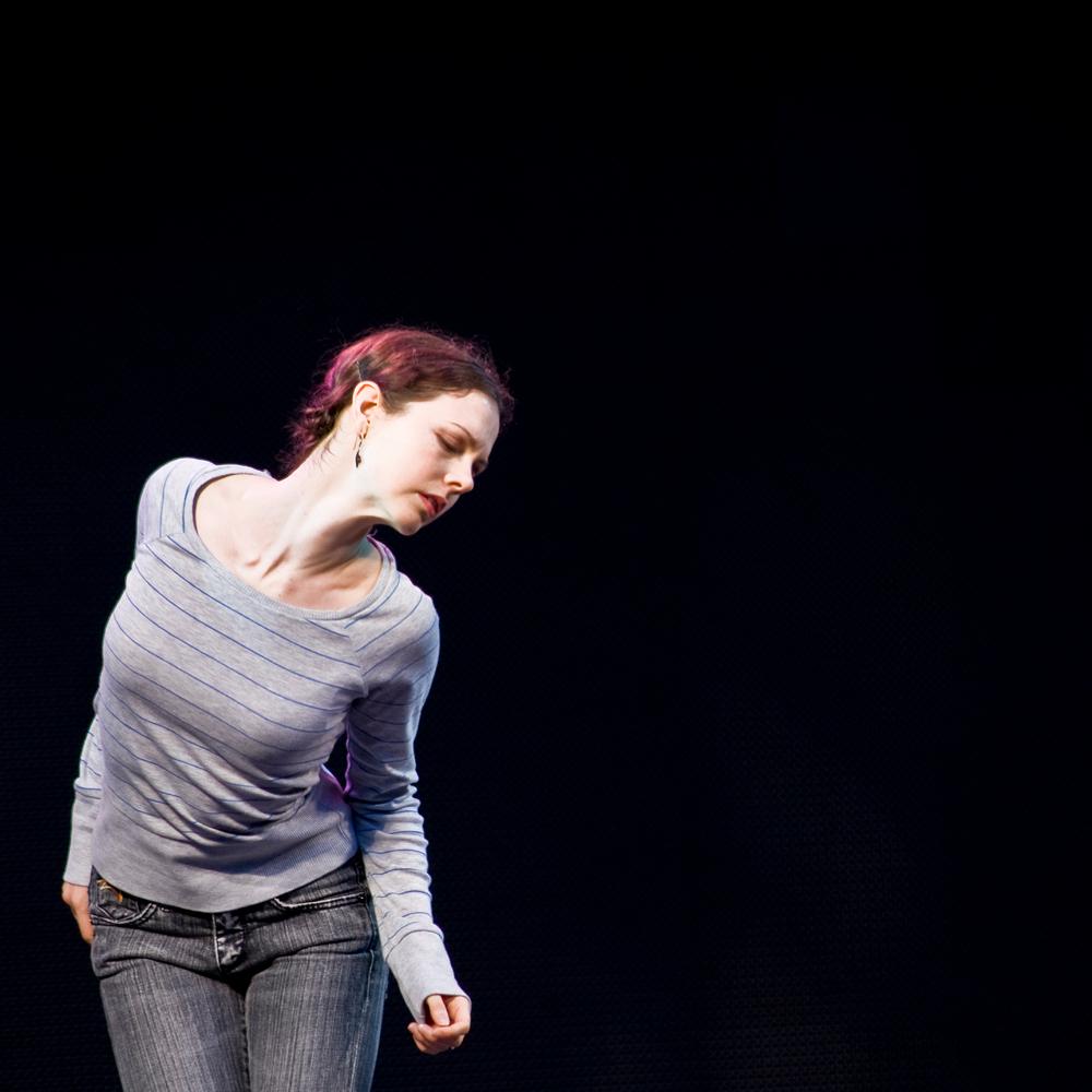 Moderne Dans - In de open lucht werd een moderne dansvoorstelling gegeven. dit was 1 van de vele dansers. - foto door lokkjja op 19-09-2009 - deze foto bevat: vrouw, portret, muziek, dans, alleen
