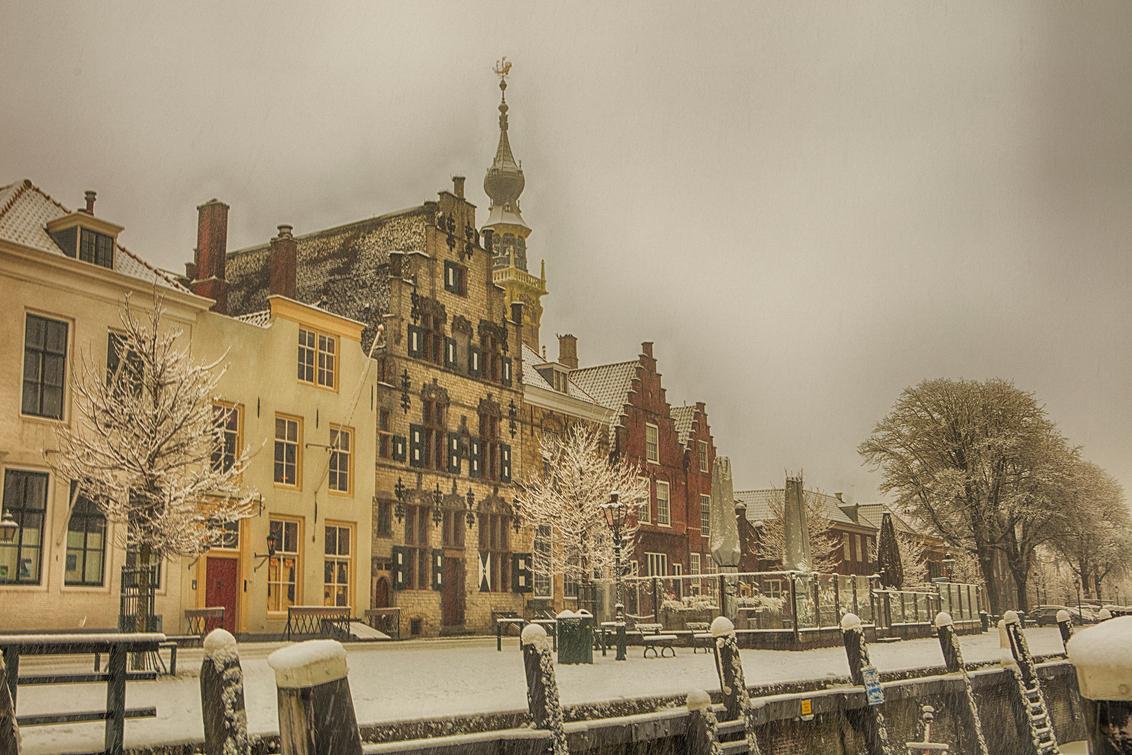 nog meer sneeuw in veere - winters straatbeeld in Veere - foto door annejolie op 01-02-2019 - deze foto bevat: sneeuw, winter, stad, stadhuis, veere, pittoresk, schotsehuizen
