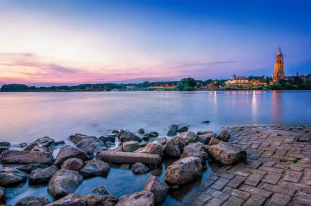 Zonsondergang aan de Rijn - Het was weer genieten gisteren tijdens de zonsondergang aan de Rijn. - foto door Michiel-Buijse op 23-07-2013 - deze foto bevat: water, licht, oranje, avond, zonsondergang, landschap, kerk, nederland, stenen, rijn