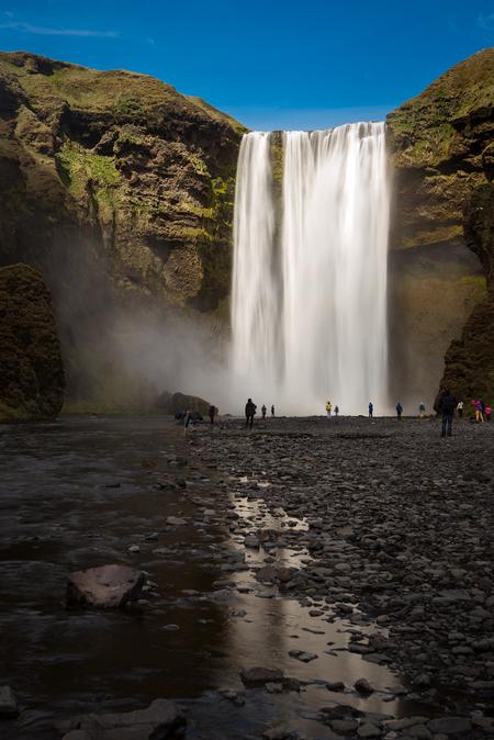 Skogafoss - Skogafoss is een van de grootste watervallen in IJsland met een breedte van 25 meter en een val van 60 meter. - foto door ronnevinkx op 14-09-2015 - deze foto bevat: water, landschap, ijsland, waterval, bergen, rivier, skogafoss, lange sluitertijd