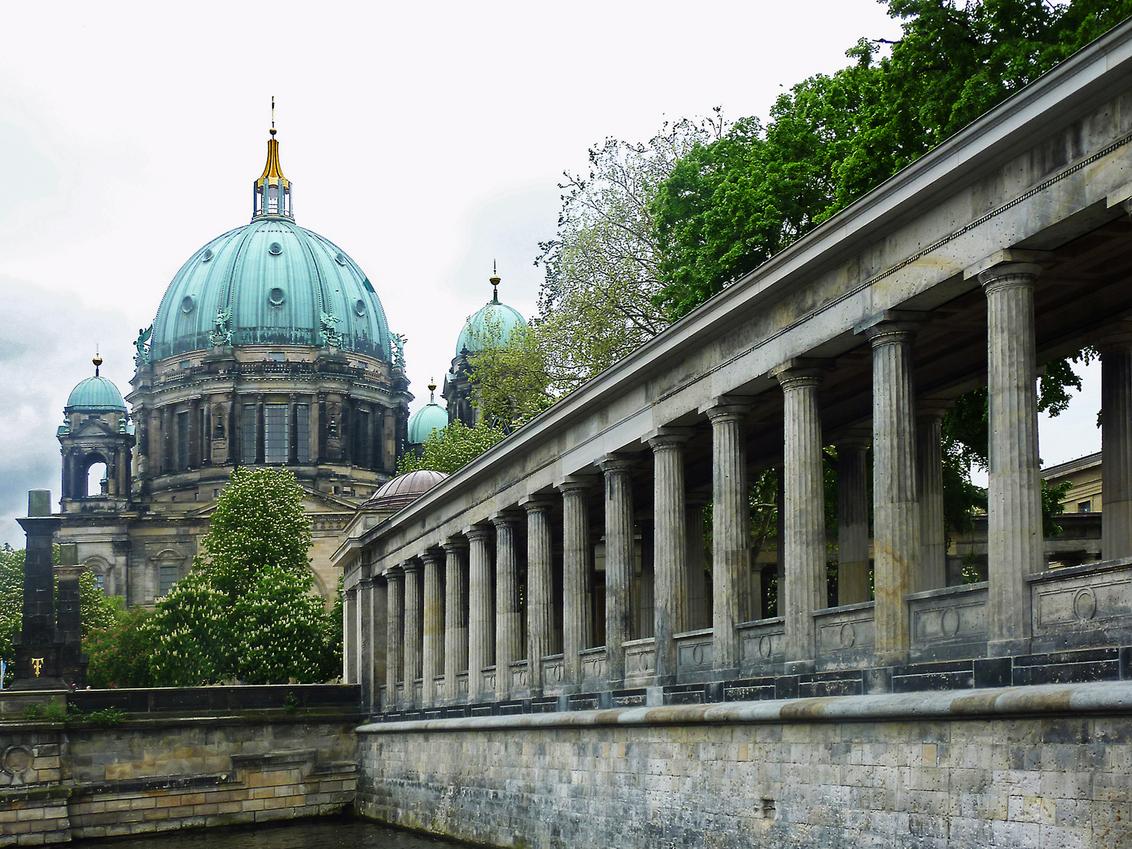 Berliner Dom - Een boottochtje over de Spree voert je langs de zuilengalerij van de Alte Ntionalgalerie op het museum eiland; op de achtergrond de imposante Berline - foto door ekeren op 26-05-2010 - deze foto bevat: berliner dom