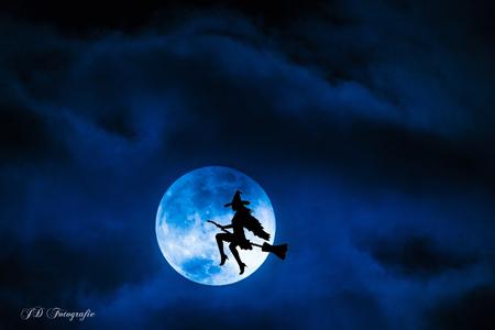 Blauwe maan en heks - Heksen bestaan dus toch!! - foto door johandekens op 16-02-2018 - deze foto bevat: licht, fantasie, silhouet, bewerking, creatief, sprookje, heksen, blauwe maan