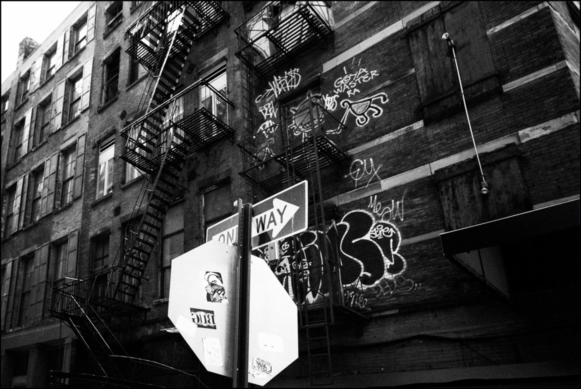 Alley stairs BW - - - foto door IdeB op 21-01-2010 - deze foto bevat: trappen, steegje, stairs, alley, New York, zwart wit, Black and white - Deze foto mag gebruikt worden in een Zoom.nl publicatie