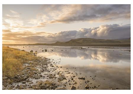 Dyrhólaey - Geschoten tijdens zonsondergang in IJsland - foto door sdanckaarts op 16-04-2021 - locatie: IJsland - deze foto bevat: landschap, natuur, ijsland, water, reflectie, zon, wolk, wolken, horizon, spiegeling, gras, rivier, wolk, water, lucht, atmosfeer, natuurlijk landschap, zonlicht, kust- en oceanische landvormen, meer, waterloop, atmosferisch fenomeen