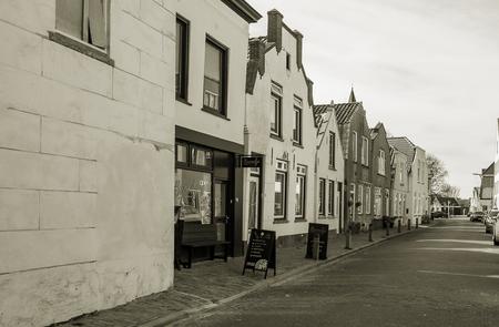 Stilte - Nostalgisch Dirksland - foto door capture1 op 10-04-2021 - deze foto bevat: venster, wit, lucht, gebouw, zwart, infrastructuur, weg oppervlak, zwart en wit, stijl, steeg
