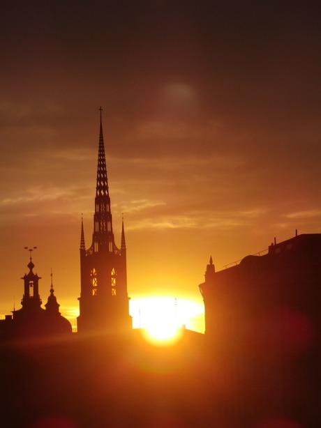 De zon achter de kerk zien zakken