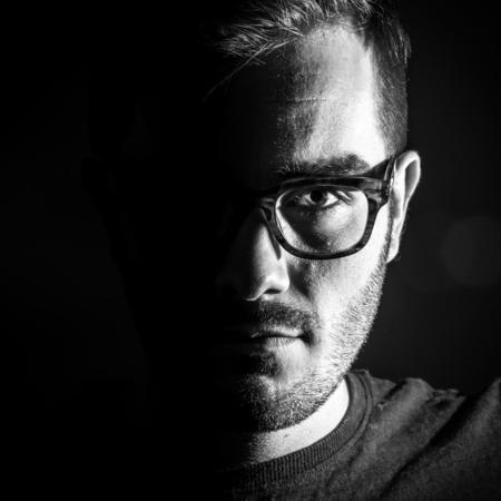 Zelfportret z/w - Strobist technieken zonder donkere achtergrond getest.   Gemaakt met de nieuwe Nikon D5200 voor het ZOOM.NL testpanel. De testpagina is te vinden o - foto door chris.vugts op 25-03-2013 - deze foto bevat: portret, zelfportret, lowkey, strobist, low-key, z/w, zwart wit, Zwart/Wit, Zoom.nl, low key, D5200, testpanel, nikon testpanel