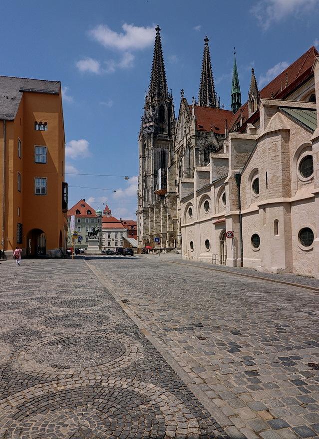 Regensburg Duitsland. - De Dom van Regensburg is de bekendste kerk van Regensburg en de kathedraal van het bisdom van Regensburg. De kerk behoort tot een van de belangrijkst - foto door oudmaijer op 11-04-2021 - deze foto bevat: wolk, lucht, eigendom, gebouw, weg oppervlak, venster, stad, facade, ochtend, asfalt