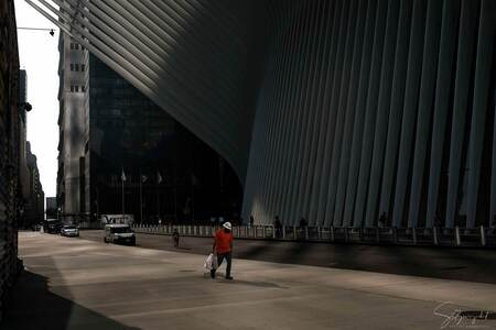 New York - The Construction worker of Oculus - New York - september 2018 - Financial District - Oculus gebouw - World Trade Center - foto door Stefansstreetart op 29-01-2019 - deze foto bevat: station, licht, oranje, usa, plein, straatfotografie, architecture, manhatten, bouwvakker, wolkenkrabbers, lichtinval, fujifilm, oculus, New York, Citytrip, world trade center, financial district, x100f