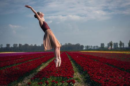 Freedom - - - foto door Etsie op 19-04-2020 - deze foto bevat: kleuren, wolken, tulpen, licht, portret, landschap, flits, meisje, ballet, beauty, vrijheid, glamour, photoshop, zweven, fotoshoot, ballerina, dromerig, flitser, strobist