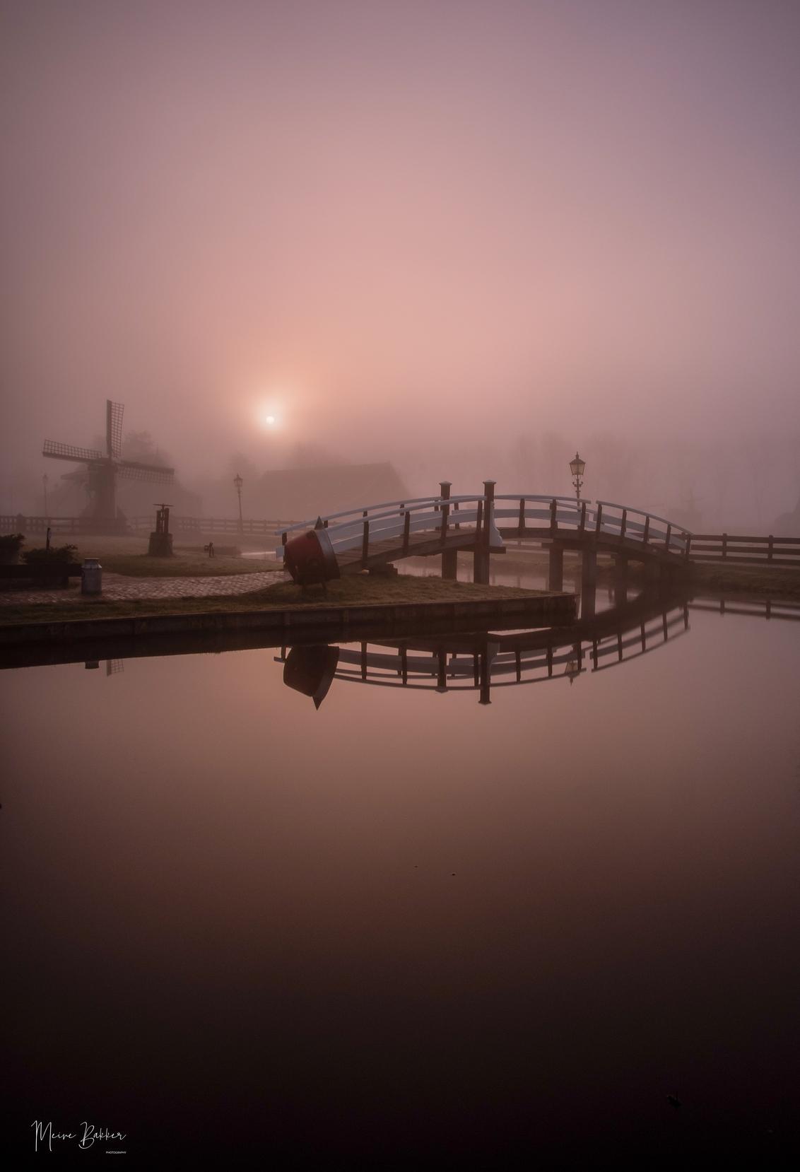 Zaanse Schans in de mist - - - foto door NolVerMei op 28-02-2021 - deze foto bevat: lucht, water, dijk, natuur, spiegeling, landschap, mist, tegenlicht, zonsopkomst, pier, molen