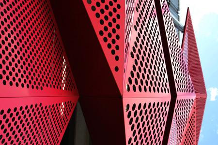 Javapark - Panelen aan de zijwand van het Javapark (P+R) in Almelo. - foto door Marcel-Bos op 15-04-2021 - deze foto bevat: lucht, wolk, automotive ontwerp, driehoek, lettertype, lijn, automotive verlichting, rood, materiële eigenschap, magenta