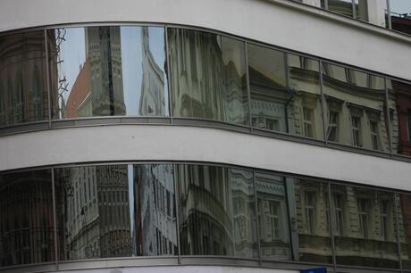 Oud spiegelt in Nieuw