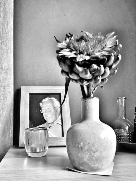 Artisjok in vaas met portret schoonvader