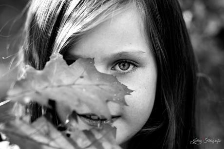 het meisje met herfstblad