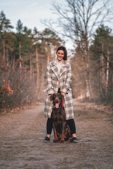 Elodie & Vino - De eerste zonnestralen zorgde voor een aangename warme zonsondergang shoot met Elodie en haar Dobermann Sir Vino - foto door BramLaenen op 25-02-2021 - deze foto bevat: lente, natuur, huisdier, hond, wandelen, baasje, dobermann, dierenvriend, Golden hour, best friend