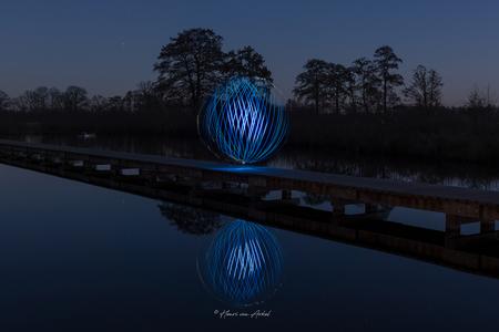 Lightpainting Ball-2 - - - foto door henrivanarkel op 04-03-2021 - deze foto bevat: avond, spiegeling, reflecties, lightpainting