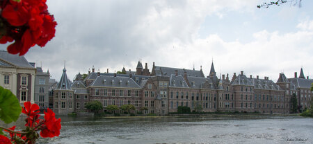Binnenhof Den Haag - De stad Den Haag dankt haar ontstaan aan het Binnenhof, dat in de loop van de eeuwen zorgde voor een aanwas van bestuurders en werklieden, die zich i - foto door johandekens op 02-12-2018 - deze foto bevat: oud, architectuur, gebouw, stad, politiek, binnenhof, regering, Den Haag