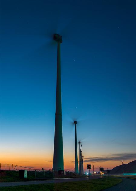Hoor de wind waait door de ... - wieken.. - foto door corvee1r op 10-03-2021 - deze foto bevat: lucht, abstract, avond, lijnen, architectuur, perspectief, modern, beweging, sterren, lange sluitertijd, blauw uurtje, corvee1r