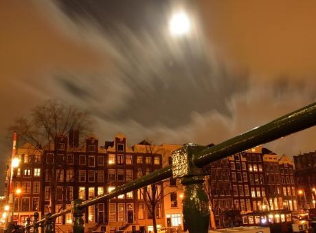 Beweging in de wolken op de magere brug