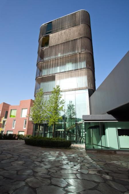 Twentse Welle - In het voorjaar heb ik foto's gemaakt bij de Twentse Welle, op Roombeek in Enschede. Deze wijk is na de vuurwerkramp opnieuw opgebouwd en kenmerkt zi - foto door Anne-Marie Kok op 24-06-2011 - deze foto bevat: enschede, roombeek, twentse welle