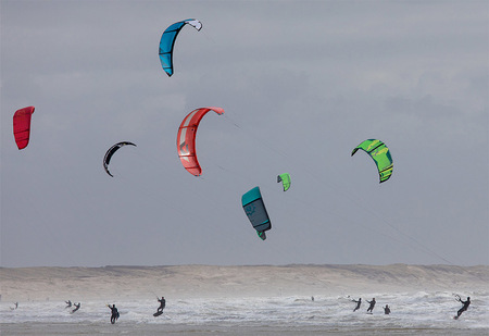 Kleurrijke Kite Surfers - Het was leuk om ze afgelopen weekend te zien met stormachtige omstandigheden - foto door Vincentvanthof op 29-03-2021 - deze foto bevat: water, sport, natuur, kite, golven, actie, snelheid, surfen, kitesurfen, zeilen, beweging, watersport, springen, ijmuiden