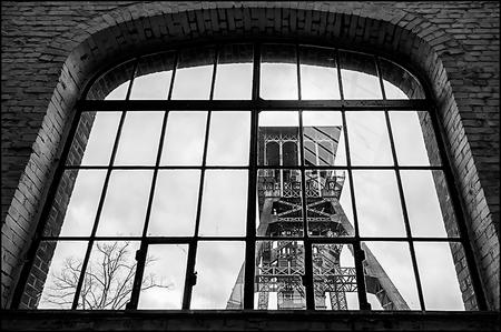 C-Mine Genk 26 - De gebouwen van C-mine in Genk zijn nog steeds bezet met heel wat stalen ramen, waardoor het daglicht naar binnen piept. Zo ook tpv de machinekamer.  - foto door mphvanhoof_zoom op 26-10-2016 - deze foto bevat: architectuur, mijn, mijnbouw, genk, mijnschacht, mijnlift, zwart wit, C-Mine