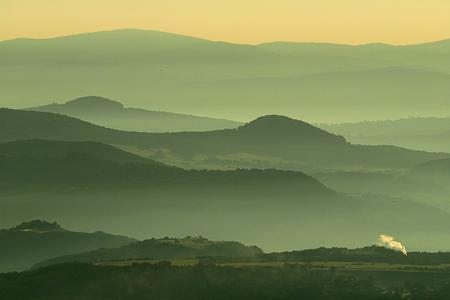 ochtendnevel - Een mooie ochtend in de Auvergne bij zonsopkomst. - foto door Lathyrus op 09-08-2015 - deze foto bevat: ochtendnevel, bergen, vulkaan, auvergne