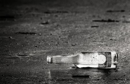no message.. - nog een oudje van de plank.  dank voor alle fijne reacties!  gr Petra - foto door PeetjeVis op 09-05-2012 - deze foto bevat: strand, zee, fles, noordwijk, kust, flesje, aangespoeld, peetjevis