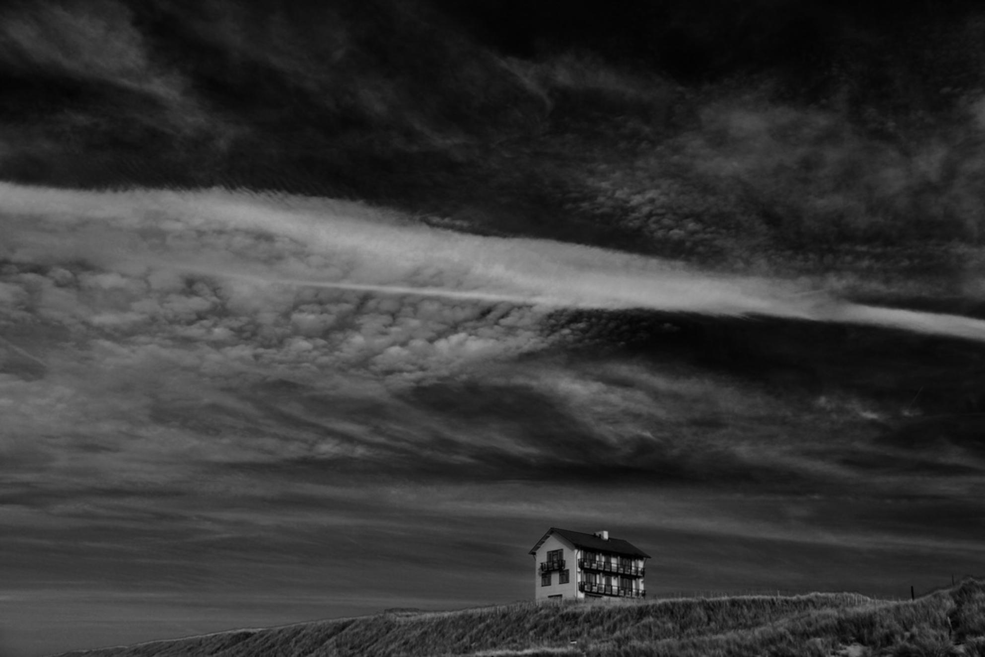 The Shining - Bergen aan Zee - foto door Feije op 29-05-2010 - deze foto bevat: strand, duinen, eenzaam, zw, huis, zwart wit, bergen aan zee