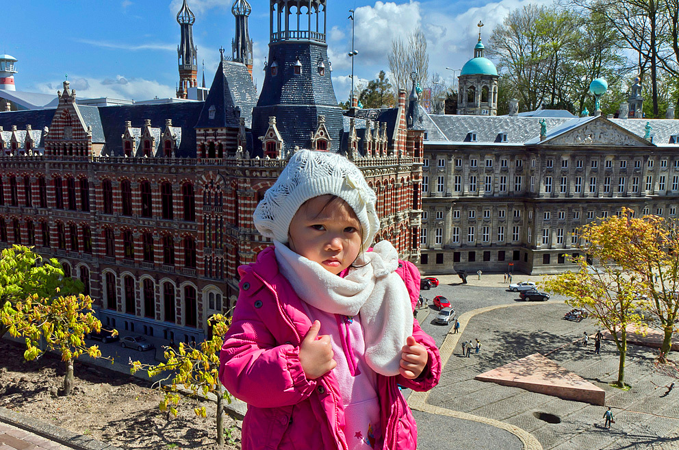de kleine toerist - Een klein Aziatisch meisje als een reus op de Dam in Amsterdam - foto door Maragmar op 23-04-2012 - deze foto bevat: amsterdam, miniatuur, klein, architectuur, monument, holland, meisje, madurodam, attractie, toerist, souvenir, aziatisch, de dam