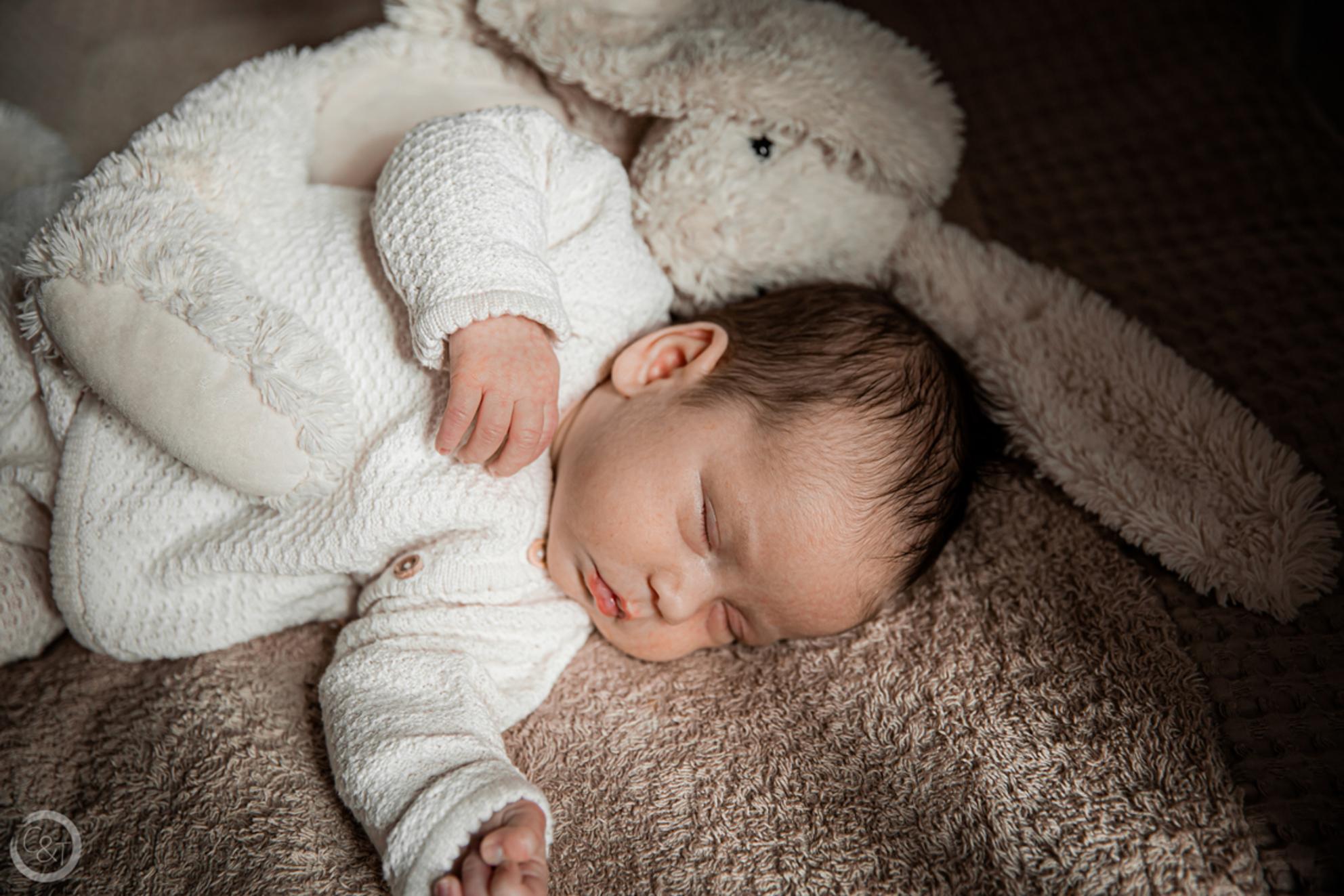 Baby en knuffel - Een maand oud. Een lief klein meisje met haar knuffeltje. - foto door CreateTrends op 27-02-2021 - deze foto bevat: mensen, baby, knuffel, newborn, newlife - Deze foto mag gebruikt worden in een Zoom.nl publicatie