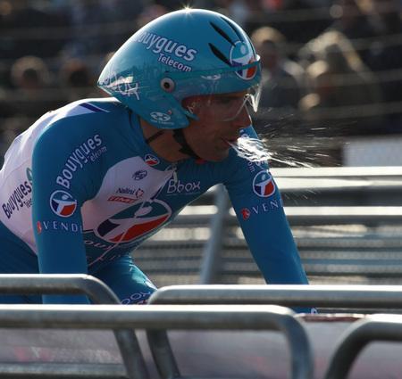 wat spuugt deze wielrenner uit - deze foto is gemaakt tijdens de proloog van de Vuelta in Assen - foto door zoom50 op 30-08-2009 - deze foto bevat: assen, wielrenner, proloog, vuelta