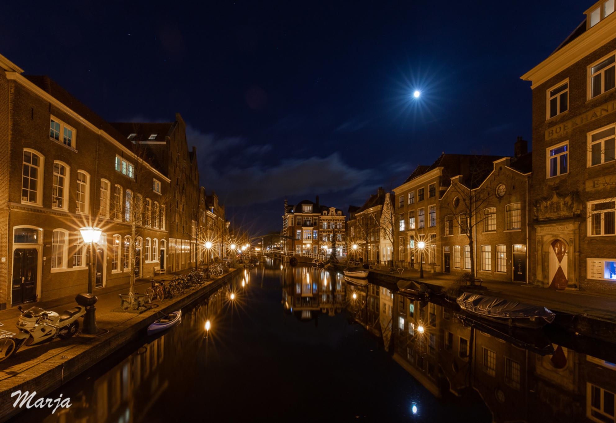 Leiden bij nacht - Voor het eerst in Leiden geweest. We hadden echt mazzel met het weer. Niet te koud, mooi helder en dat op 19 december! - foto door Marja8032 op 20-12-2018 - deze foto bevat: donker, water, avond, maan, nachtfotografie, reflecties, straatfotografie
