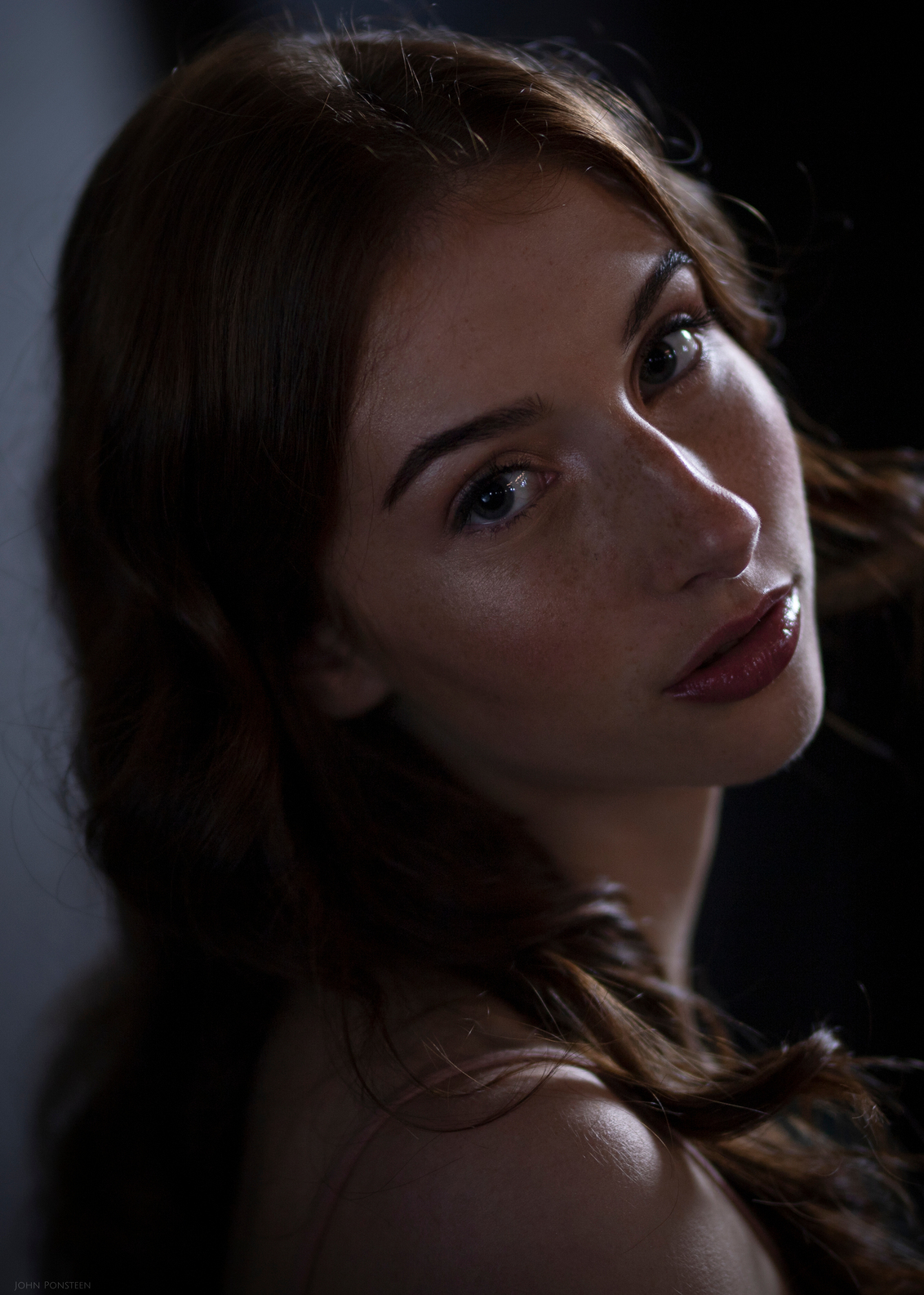 Behold - Model: @dwshoots Muah: @beauty_by_mirjam - foto door Etsie op 12-03-2021 - deze foto bevat: licht, portret, schaduw, model, ogen, haar, beauty, fotoshoot, visagie
